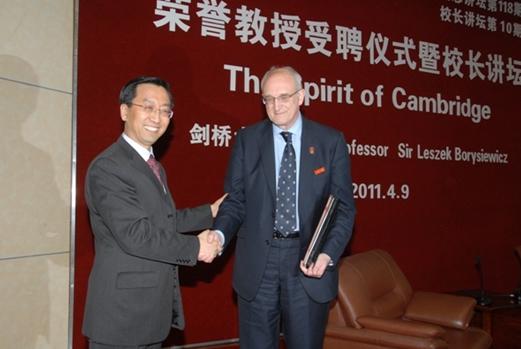 剑桥大学校长受聘上海交大名誉教授