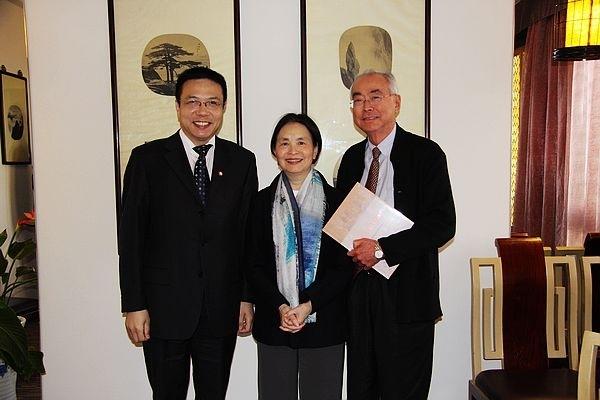 秦立人夫妇访问上海交通大学